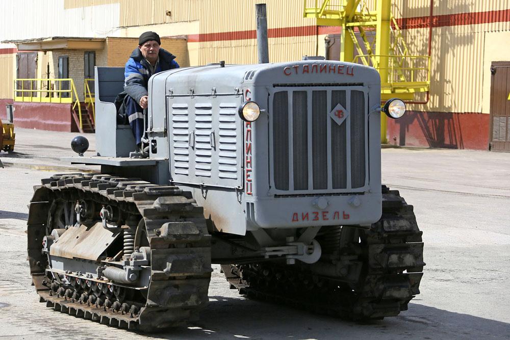 Traktor Stalinets adalah legenda dalam dunia teknik mesin Soviet. Selama perang, traktor ini digunakan untuk menarik persenjataan berat. Kendaraan yang akhirnya jatuh ke tangan perestorasi dari kawasan Ural ini tenggelam dalam pertempuran di Smolensk. Setelah 70 tahun berada di bawah lapisan lumpur, traktor masih seperti baru, bahkan catnya masih utuh.