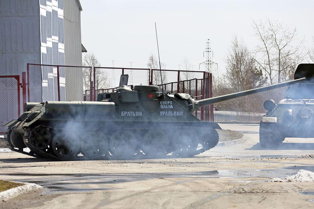 Senapan artileri otomatis SU-100 (model 1944) produksi Pabrik Mesin Berat Ural ini digunakan untuk melawan senjata lapis baja Jerman.