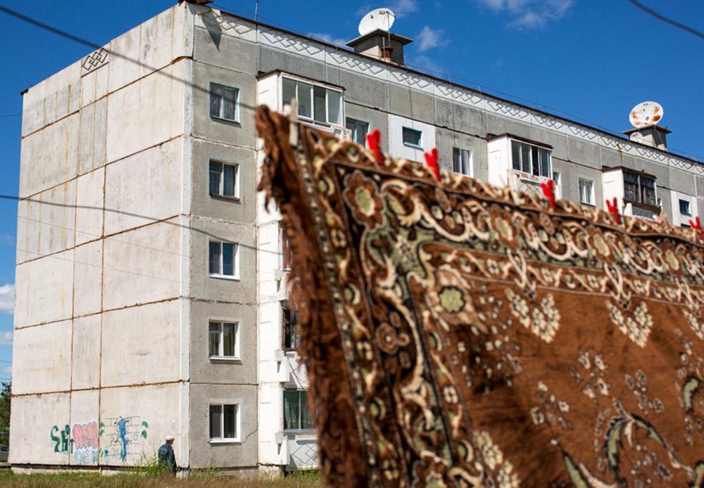 Sebuah karpet bergaya Asia tergantung di depan kompleks apartemen di Shimanovsk, daerah Amur. Pemerintah Rusia sadar pembangunan di daerah Timur Jauh yang lengang ini masih sulit terwujud. Namun, pemerintah telah berupaya meringankan beban penduduk dengan memotong pajak, mengalokasikan anggaran untuk meningkatkan iklim bisnis, serta berusaha menarik minat para pengusaha.