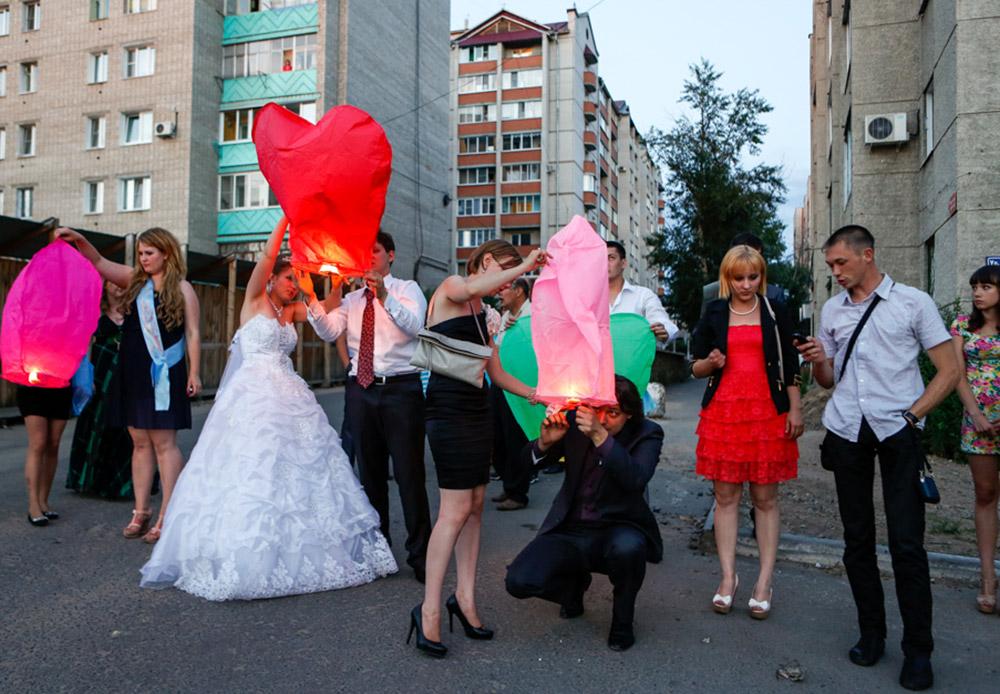 Di musim panas, banyak yang melewati Jalan Raya Amur untuk pergi ke tempat wisata atau mengunjungi sanak saudara. Terlihat sepasang pengantin merayakan pernikahan mereka dengan lentera Tiongkok di Chita, pusat pemerintahan Zabaykalsky Krai.