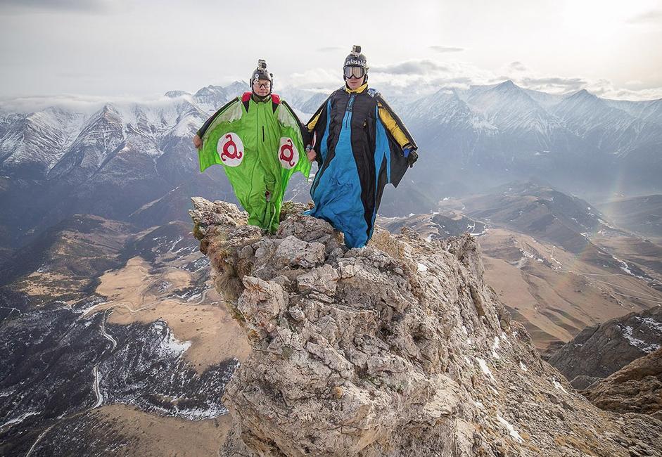 En 2014, Ratmir Nagimianov et son ami ont sauté dans les gorges de Myat Loam, dans la région de Djaïrakhski. Cette montagne, culminant à 3000 m d'altitude, permet une chute libre sur 1300 m - ce qui est très haut, même en base-jump. Il y a encore peu de temps, les rochers étaient cependant interdits aux adeptes du base-jump, car la montagne est proche de la frontière ; les sportifs locaux étaient donc contraints de trouver de nouveaux endroits où sauter en Europe.