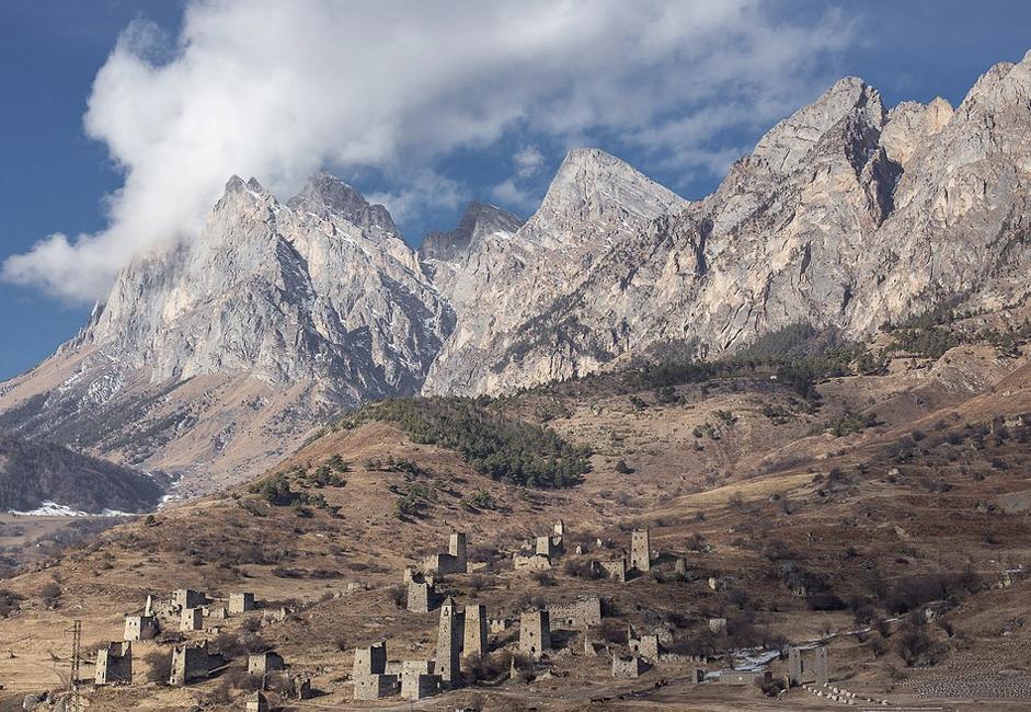 Cette région haute en couleurs est souvent considérée comme le berceau de l'Ingouchie. De nombreuses tours ont été préservées dans les montagnes, où elles s'intègrent harmonieusement à leur environnement.