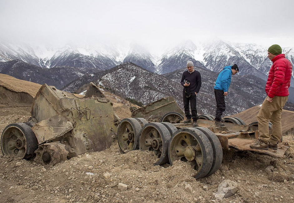 Néanmoins, le village de Tsori, situé près de la frontière tchétchène et à l'extérieur du district de Djaïrakhski, porte encore les traces de la guerre de Tchétchénie.