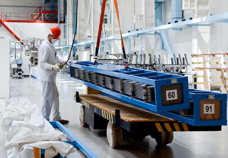 Tukaj se cirkonijske cevi polnijo z granulami uranovega dioksida. Gorivne palice v zaključni fazi dosežejo dolžino blizu 4 metrov. Palice, napolnjene z granulami, se nato uporabljajo pri pridobivanju jedrskega goriva. Celo kolesa na tovarniških vozičkih so prekrita s posebno zaščito.