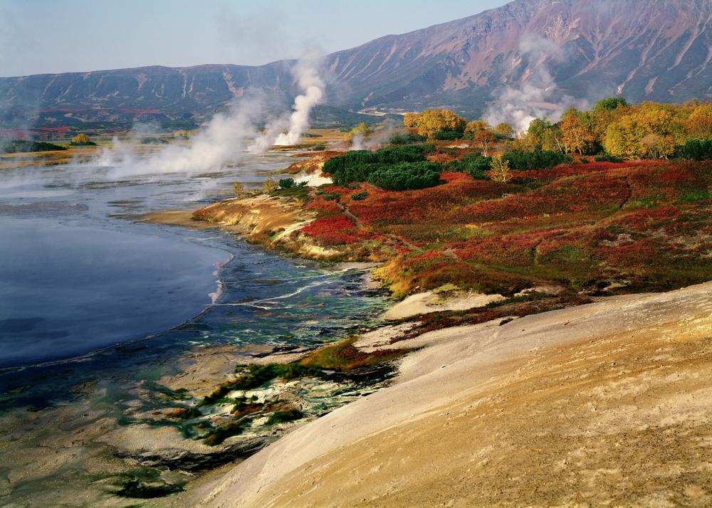 ギッペンレイターによると、四季にもそれぞれ調性と性格がある。「空がどんよりする秋、色あせた草の上にある色とりどりの落ち葉は息を飲む程美しいです」。彼はこう語る。 // 写真:カムチャッカ半島、ウゾン火山のカルデラの秋 1980年