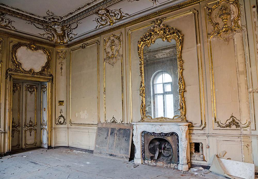 En 1889, le Grand-Duc Paul Alexandrovich, fils cadet du tsar Alexandre II, fit l'acquisition du manoir quai des Anglais. Par la suite, l'édifice changea maintes fois de propriétaire au fil du temps. À la fin de la révolution, le manoir fut vendu à la Société Russe de Production d'Équipement et de Munitions. De nos jours, le bâtiment est mis à la disposition de l'Université de Saint-Pétersbourg.