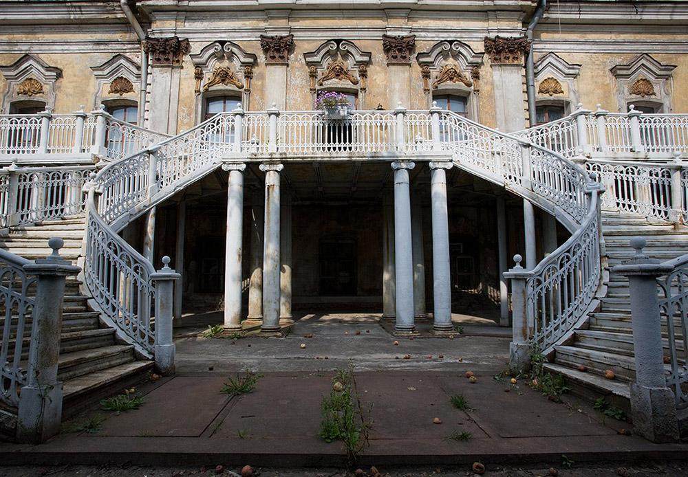 Како и да е поголемиот дел од неговите декорации се зачувани. Тие се чуваат и се чека реставрација. Реставрацијата на зградата во моментот запре, оставајќи го во полу – урната состојба. Релјефите, скулптурите и она што остана од големиот ентериер и големиот луксуз е покриен со прав.