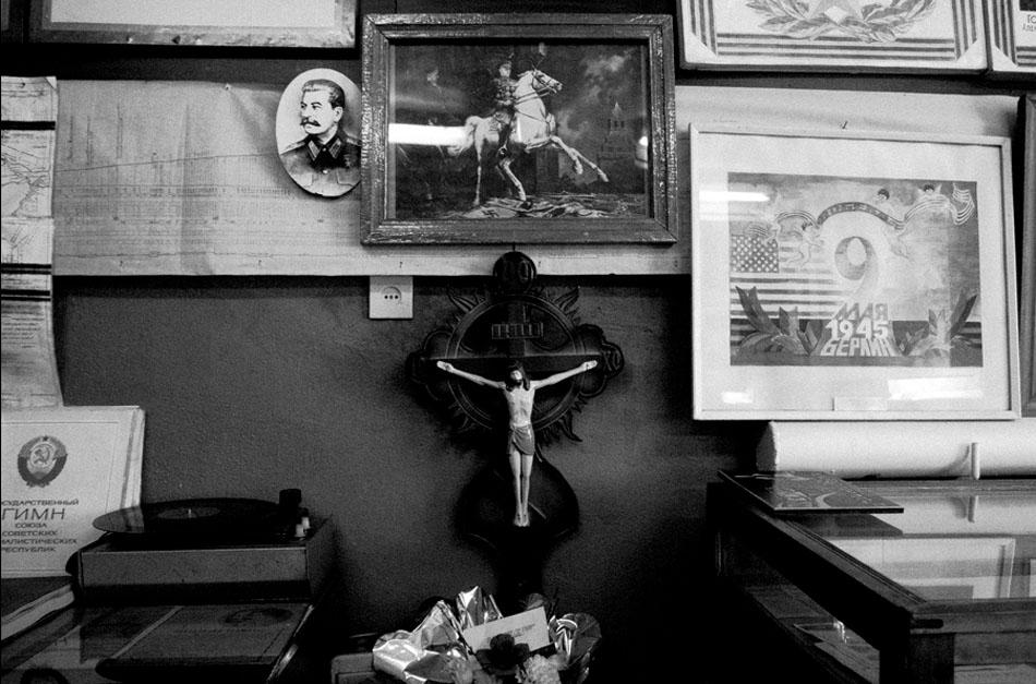"""En 2005, le dépôt ferroviaire d'Alapaïevsk a mis en place le seul """"wagon-église"""" de Russie, circulant sur voie étroite. Le dimanche, il s'arrête dans des villages isolés qui ne possèdent pas d'église (Elnichnaïa, Strokinka, Beriozovka, Mouratkovo, Kalach), et un prêtre dit la messe pour les habitants de ces lieux."""