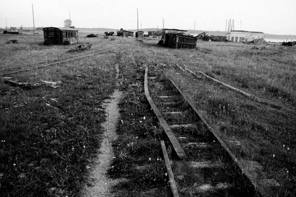 На почетокот на 1990-тите компаниите на дрва банкротираа и исчезнаа. Превозот на дрва во земјата беше во застој. Селаните по должината на АНГР останаа невработени и постепено железницата почна да се распаѓа. Бројот на патнички возови во текот на една недела падна на четири.