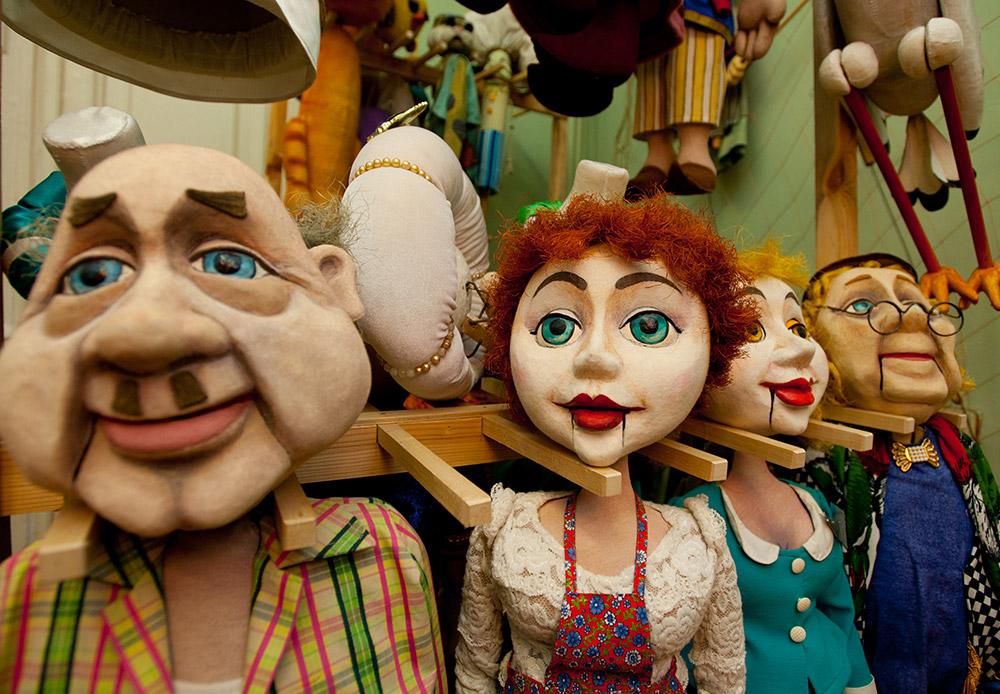 За своите над 25 години работа Астраханският държавен куклен театър е дал живот на над 100 великолепни приказни герои (град Астрахан се намира на 1400 км от Москва).