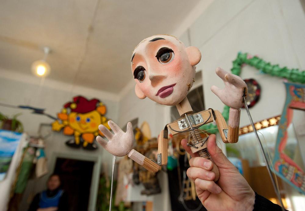 Благодарение на тази рамка героите могат да си въртят главите, да мигат и да си отварят устата. Ръцете на куклата се управляват с пръчки, прикрепени към китките ѝ.