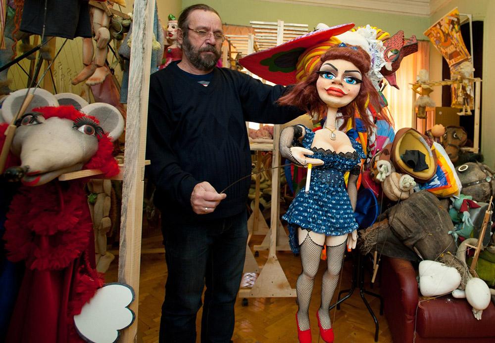 След като дадено представление бъде свалено от репертоара, използваните кукли отиват в склада на театъра. Тук живеят героите от всички минали представления – като например изхабени от времето зайчета или кукли на момичета, които вече не излизат на сцената...