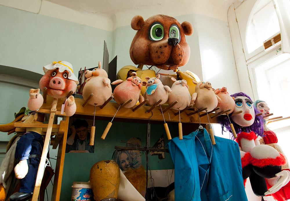 Сред тях са кукли на конци, кукли с дръжки (дръжките са прикрепени към тялото на куклата), кукли-ръкавици (в които кукловодът пъха ръката си) и кукли с пръчки (които се оправляват с пръчки).