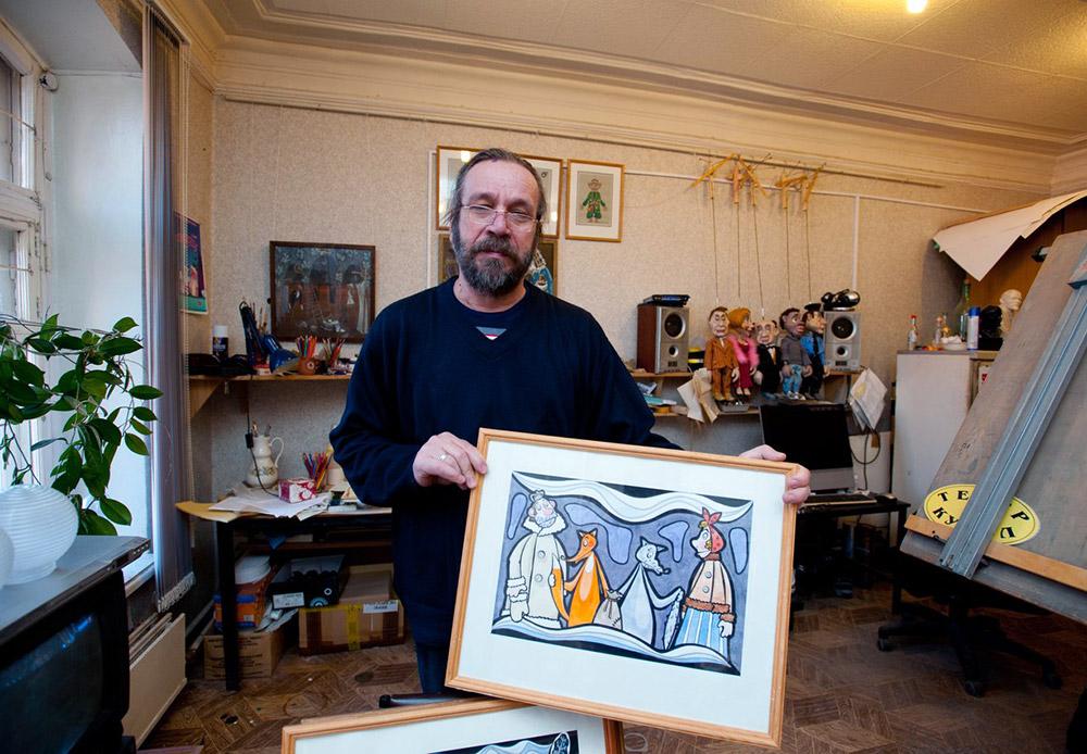 """Всичко започва със скиците. Техен автор е Александър Машаров, художественият директор на театъра. Той създава образите на героите и ги рисува върху хартия, за да даде представа за атмосферата на бъдещото представление. Скица за представлението """"Мръзни, мръзни, вълча опашка""""."""