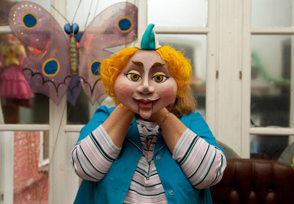 Главният кукловод на театъра Олга Белогорска с маска.