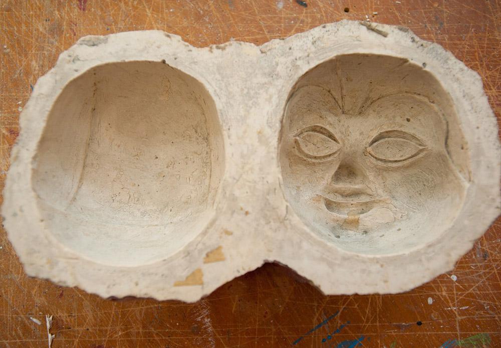 Една от най-трудните задачи при създаването на кукла е да се направи главата ѝ. Процесът започва с направата на глинена скулптура, която след това ще бъде използвана, за да се излеят две гипсови форми. Когато тези две половини са готови, те се облепват с папиемаше. След като изсъхнат, частите на главата на бъдещата кукла се залепват и изрязват.