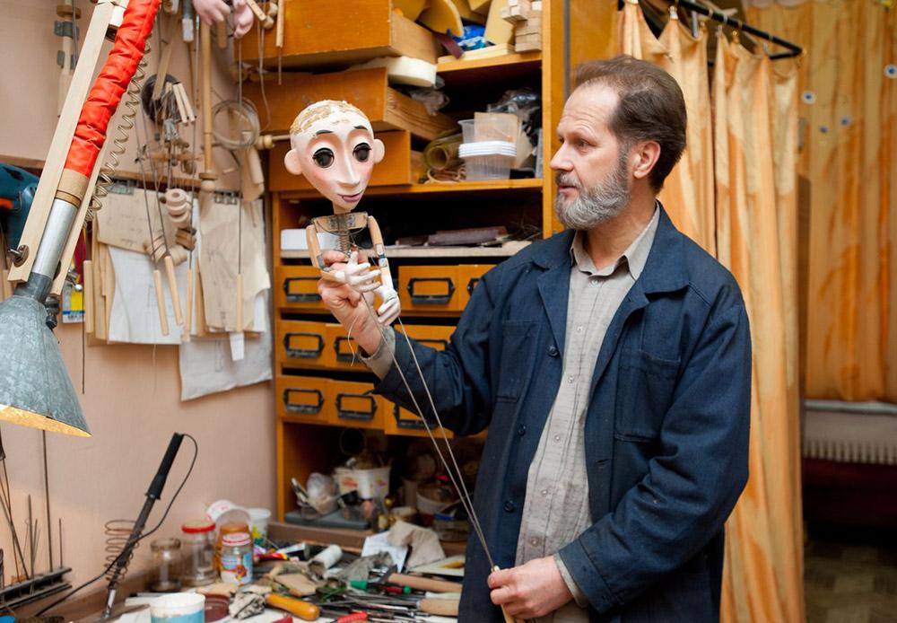 Инженерът на театъра Александър Тихонов подготвя специално устройство: дървена пръчка, с която се държи куклата.