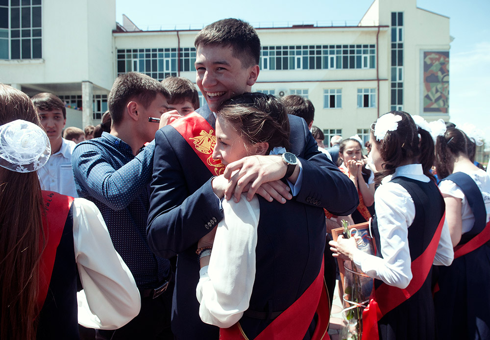 Les enfants, qui furent retenus en otage il y a dix ans dans une école de Beslan, viennent déjà de terminer leur scolarité. Fin mai, la sonnerie de l'école a retenti une dernière fois pour eux, comme pour tous les autres élèves russes qui terminaient leurs études secondaires.