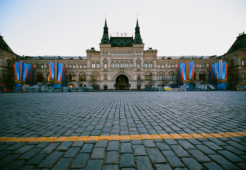 Moskva je najveći ruski grad po mnogim parametrima, pa i po broju stanovnika. Procjenjuje se da ove, 2014. godine, u Moskvi živi više od 12 milijuna ljudi, što je čini najnaseljenijim gradom u  Europi. / Crveni trg, pogled na GUM (rus. Glavnij universalniij magazin; hrv. Glavna univerzalna trgovina)