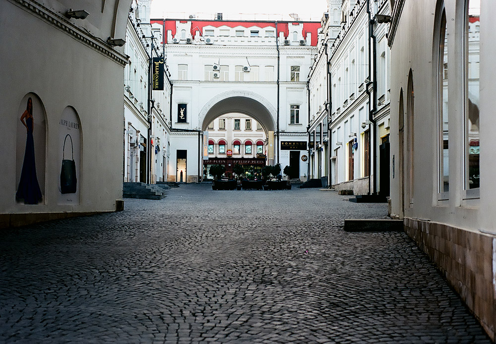 Kota ini tak pernah tidur. Semua hal beroperasi selama 24 jam dalam seminggu. Namun kadang di musim semi sebelum fajar, Moskow menjadi sedikit sunyi, menawarkan pemandangan seindah kartu pos dari kota ini: kosong, senyap, dan bersih. / Tretyakovskiy Proyezd