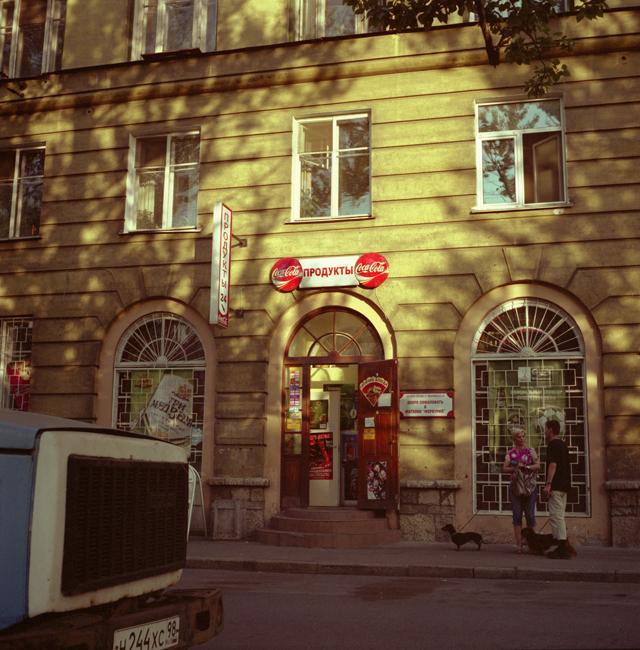 Stare kuće su kao stari ljudi; ponekad njihove oči – prozori – slabe ili oslijepe. No uvijek upijaju priče svojih stanovnika i još dugo potom ih pamte. Sanktpeterburške stambene javne zgrade pune su priča i tragova mnogih života. Evo nekih od njih.