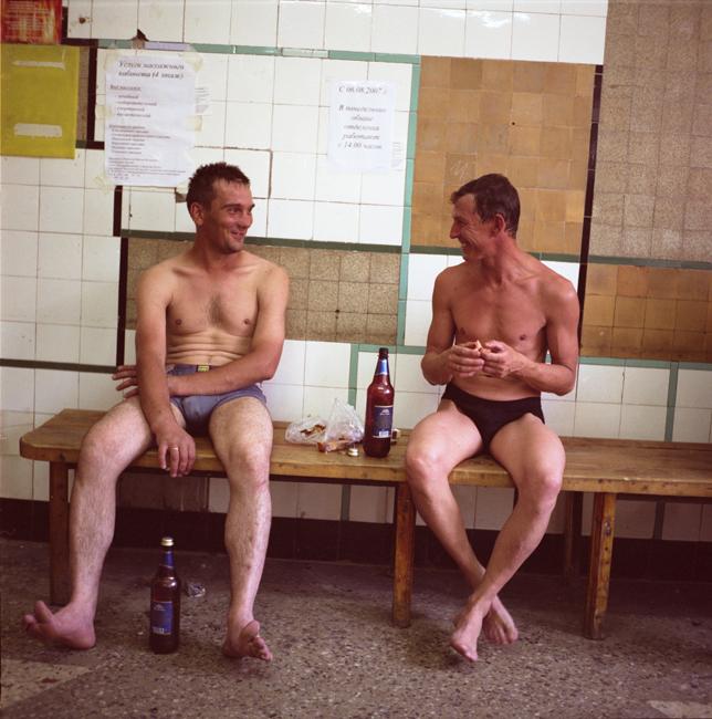 銭湯で入浴後、くつろぐ男性達。多くの共同アパートにはお湯がないため、住人は銭湯で入浴しなければならない。