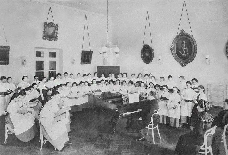 Ivan Betskoi rédigea la charte de l'institut, lui inculquant ses vues pédagogiques influencées par la philosophie des Lumières de l'Europe occidentale, vues partagées également par la Grande Catherine. // Cours de musique