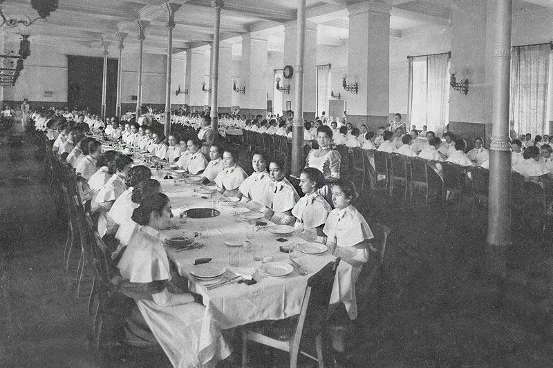 L'alimentation était simple et nutritive et était constituée principalement de viande et de légumes. Les filles ne buvaient que du lait ou de l'eau. // Déjeuner