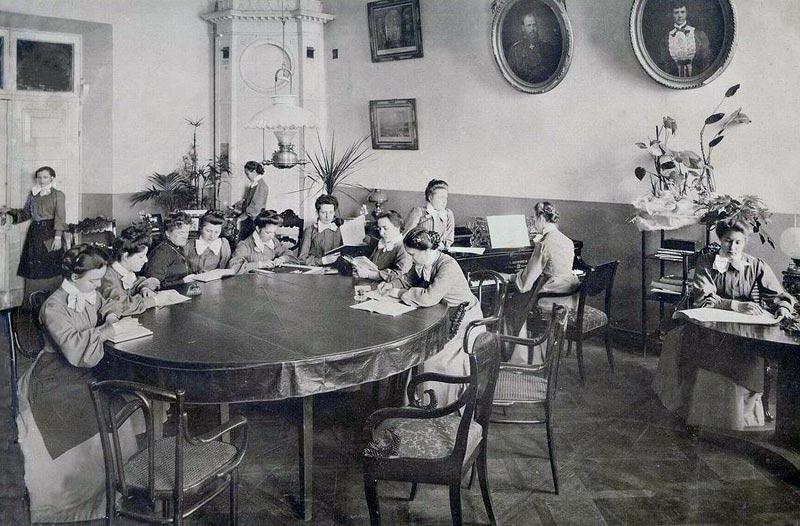 Older pupils were assigned in turns to the youngest class in order to familiarize themselves with methods of upbringing and education in a practical context. Lessons were from 7 to 11 am and 12 to 2 pm. They alternated between physical education, daily walks, and games played outdoors or in classrooms. // Leisure time.