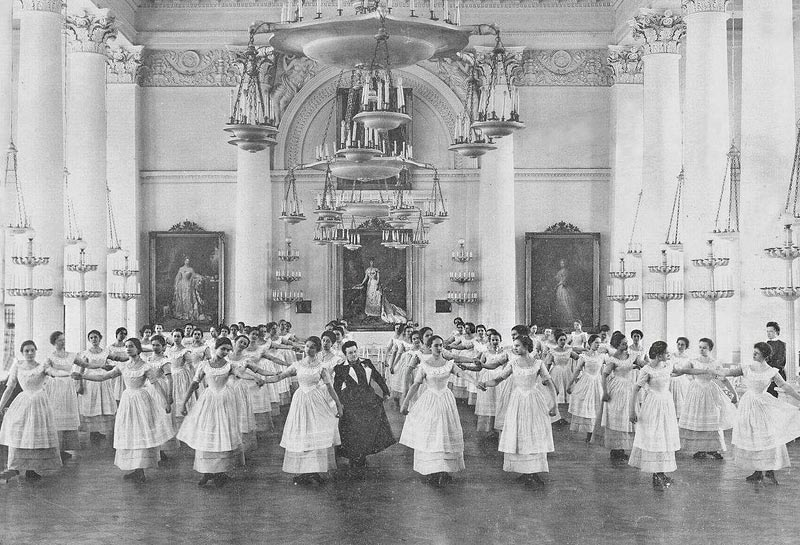 The institute's curriculum included lessons on classic school subjects: Russian language, mathematics, history, geography, as well as music, dance, painting, sculpting, blazonry, etiquette, various means of housekeeping, religious studies, and others. // Dance lessons