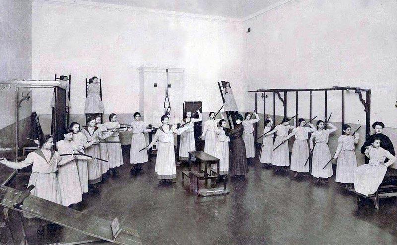 Durant la Révolution communiste de 1917, peu de temps après que le comité bolchevik eut installé son siège à Smolny, l'intérieur de la Salle Blanche fut modifié. Le premier discours de Vladimir Lénine en Octobre 1917 eut lieu dans la Salle Blanche avec la décoration intérieure originale. // Cours d'éducation physique