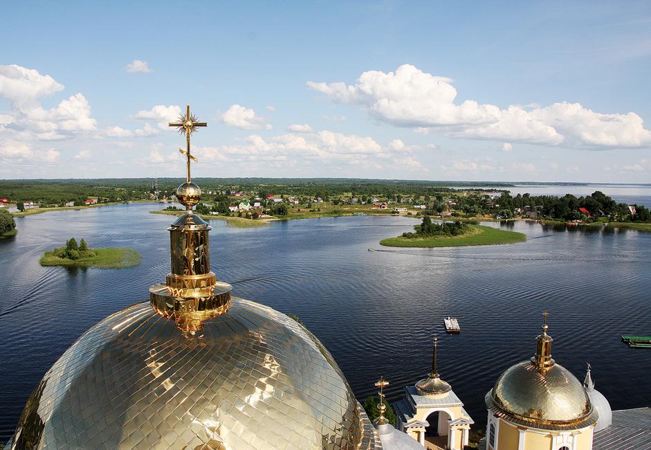 トヴェリ州(モスクワから北西373 km)のセリゲル湖のほとりにあるオスタシコフ町は14世紀に創設された。モスクワからオスタシコフへ行くには、レニングラード鉄道駅から電車に乗るか、トゥシンスカヤ地下鉄駅からバスに乗るか、車でレニングラツコエ高速道路もしくはノヴォリーシスコエ高速道路を走る。