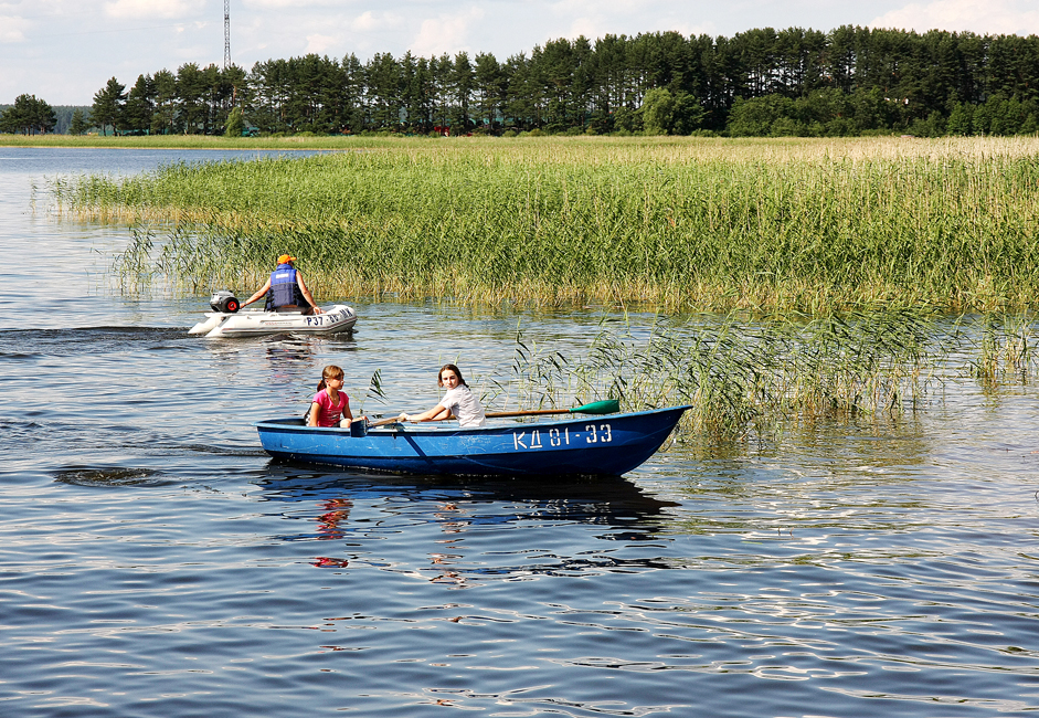 The entire length of the shoreline is filled with recreation buildings and tourist bases where it's possible to rent a boat or canoe.