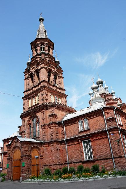 ズナメンスキー修道院は1673年に、セリゲル湖のほとりにある、人気のないスタロエ・ストゥルゴヴィシシェという所に建てられた。現在、ここはオスタシコフ町のラボーチィ・ゴロドク地区(ロシア語で「労働者の町」を意味する)の一部である。