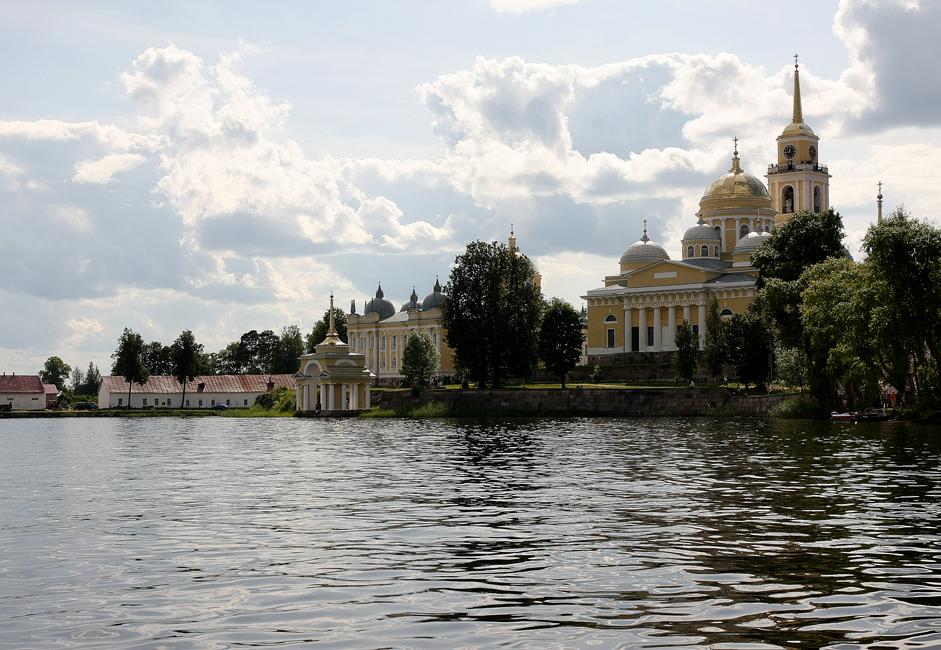 1528年、ニールという名の隠修士が、オスタシコフから10 km程の所にあるストルブヌィ島に移り住んだ。この島には現在も活動を続けるニーロフ修道院がある。