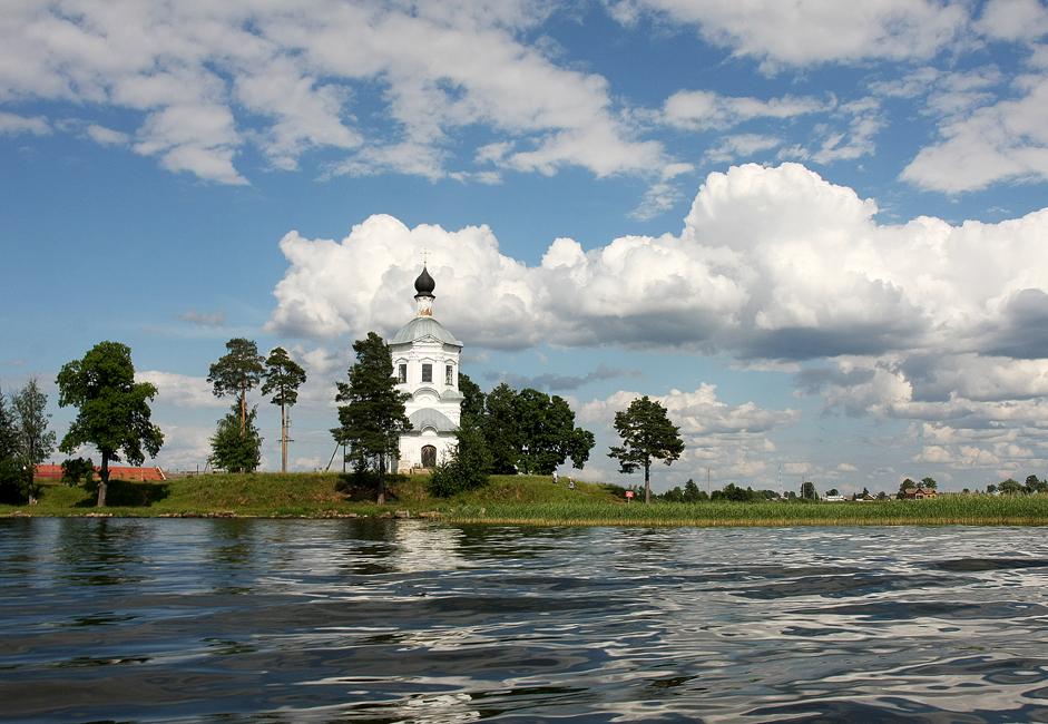 クレストヴォズドヴィジェンスキー(十字架挙栄祭)教会は修道院の近くにある。ここで洗礼の儀式が行なわれていた。