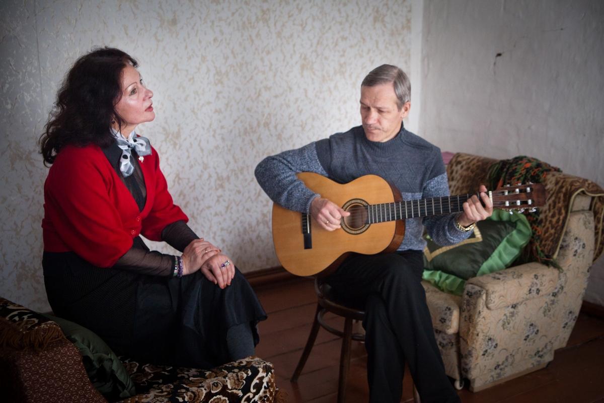 バフテュコフ一家は1990年代にトヴェリ州の田舎にあるウドメルスキー村に移り住んだ。アレクセイさんは医師で、イリーナさんはゴロディシェという村落の特別支援学校で音楽教師を務めている。二人ともサンクトペテルブルク出身だが、ここ20年、この辺鄙な村に住み、よく働き、やりたいことをやり、人生を楽しみ、幸せな生活を送っている。