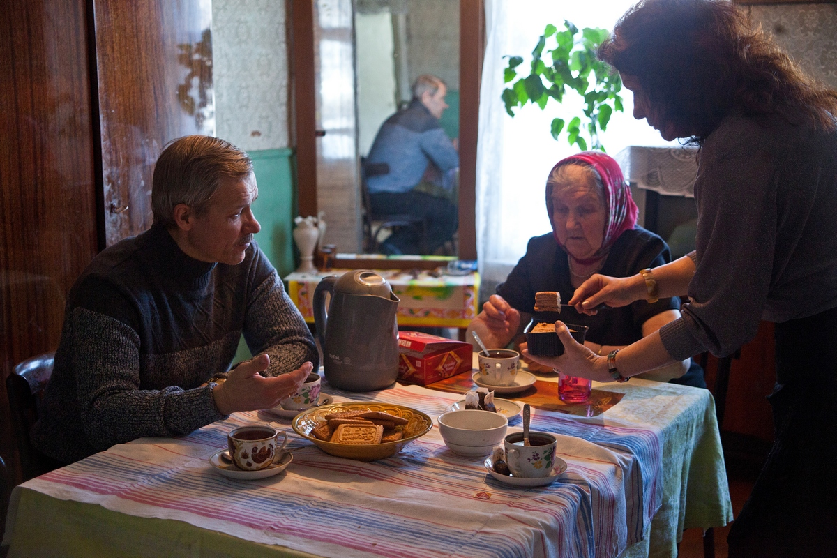 """However, they didn't spend summer in St Petersburg. As soon as the opportunity arose, they went back to the banks of the Msta river, where everyone greeted them with a smile and asked them to drop by. Visiting the local babushkas, they were often met with the words: """"You will come back, won't you? Promise that you'll come back!"""" In March 2009, the Bakhtyukovs did indeed return to Gorodische."""
