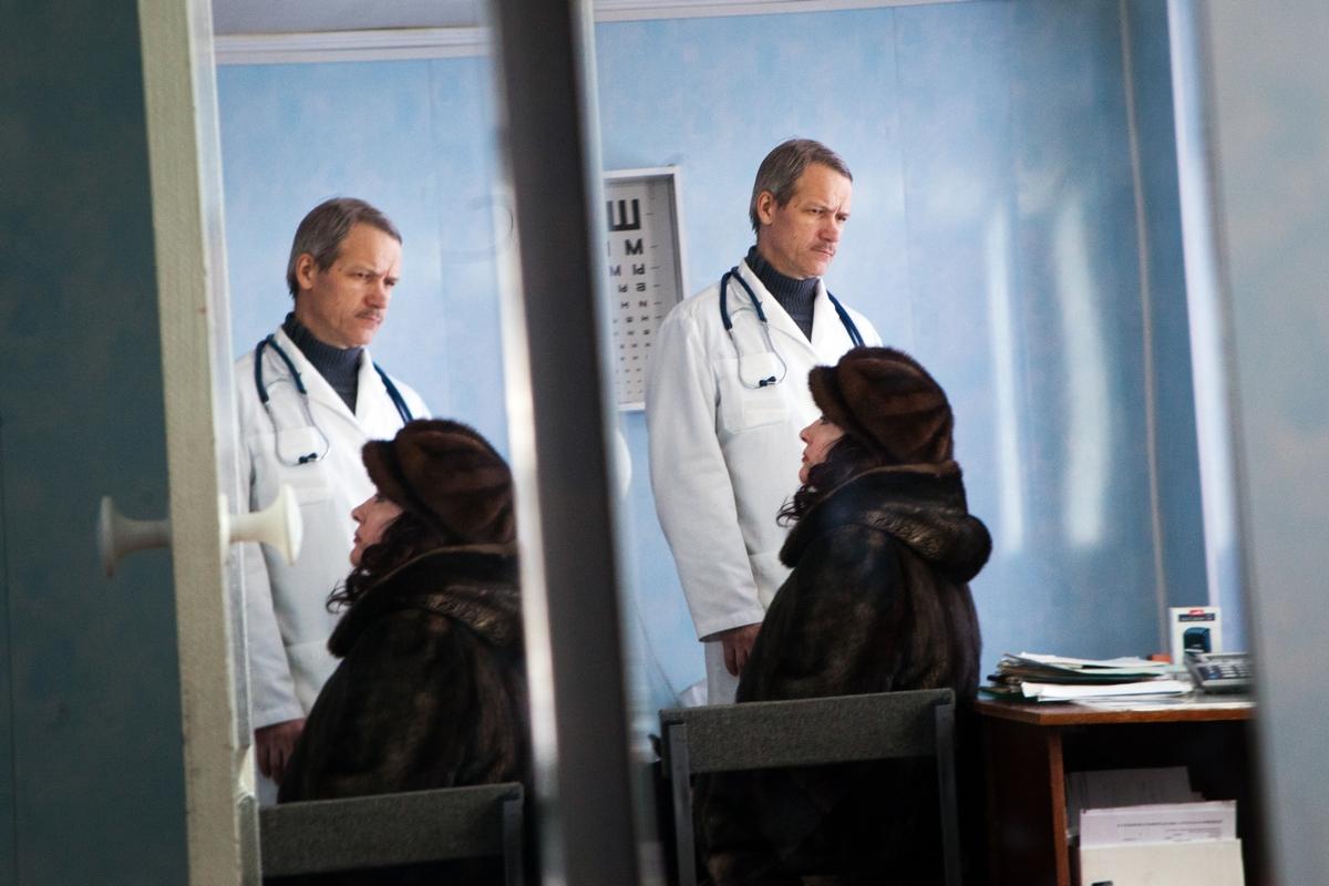 一年前、ゴロディシェの病院には外来病棟があり、馬と馬丁を含む30人のスタッフがいた。今では馬はジプシーに売られ、病院のスタッフは7名しかいない。病院は各地を廻る移動病院となった。
