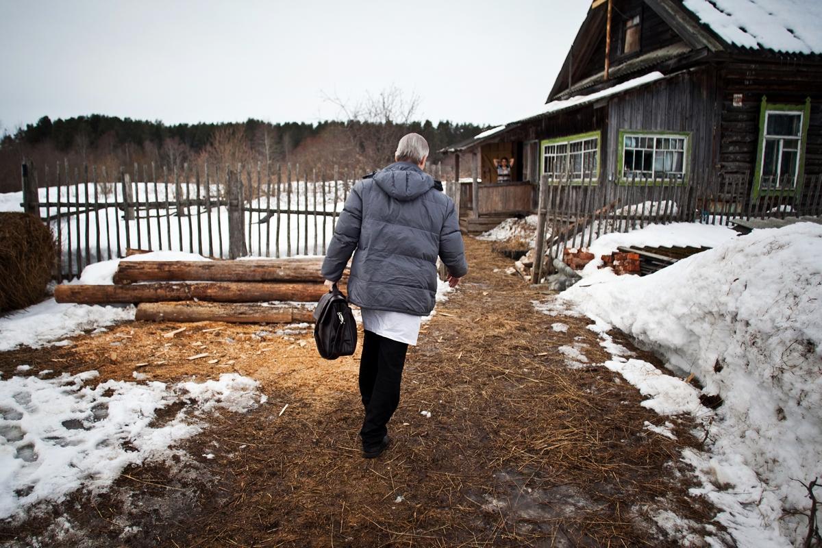 アンドレイ・バフテュコフさんは多くの時間を移動に費やす。彼の病院が担当する47の村は幅30キロという広範囲にある。