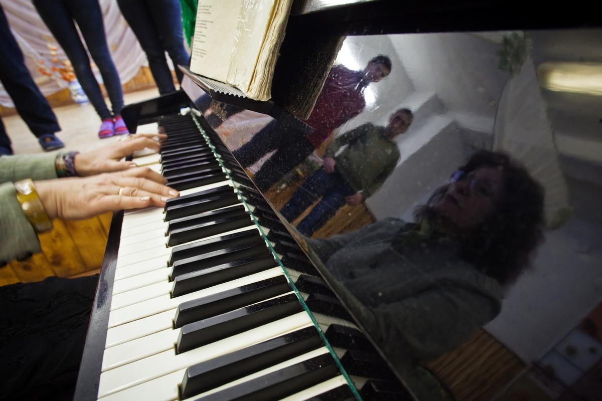 ゴロディシェ唯一のピアノは学校にある。しかし家にはギターがあるため、アンドレイ・バフテュホフさんは弾き語りを好む。彼のお気に入りのシンガー・ソングライターはヴィソツキー、ヴィズボルなどソ連のバンドである。チェーホフやツルゲーネフの登場人物に似ている人生観を持つバフテュコフ夫妻だが、ソ連時代の古い歌がよく似合う。