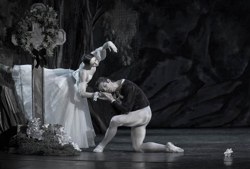 私はクラシックとモダン・バレエの区別をつけません。私にとっては、バレエは多種多様で幅広いものです。皆さんにロシアの振り付け界の多様性を示し、新しい人物を紹介し、また、踊り手のみならず、観客に対しても新しい見方を見せたかったのです。 // 「ジゼル」カザン国立劇場
