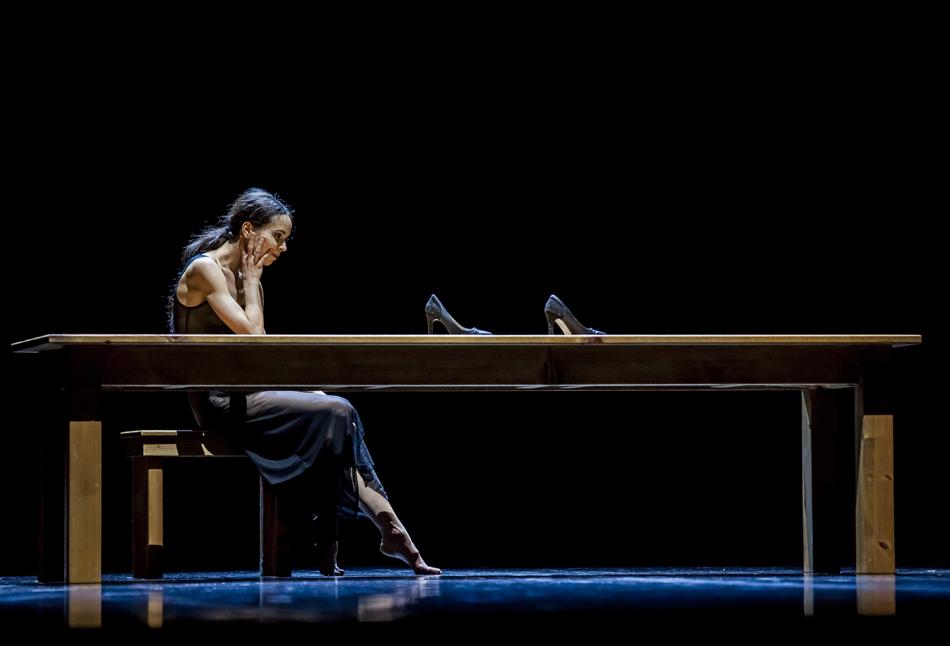 多くの人々は、40代で初めて劇場を訪れ、バレエに一目惚れします。中には初めてバレエを観て熱狂的なバレエ・ファンになる人もいます、そのような観客を何人も見てきました。いつ、どこで、どのようにして、劇場にいく事になるか、分かりませんね。 // 「ウーマン・ イン・ア・ルーム」カロリン・カールソン