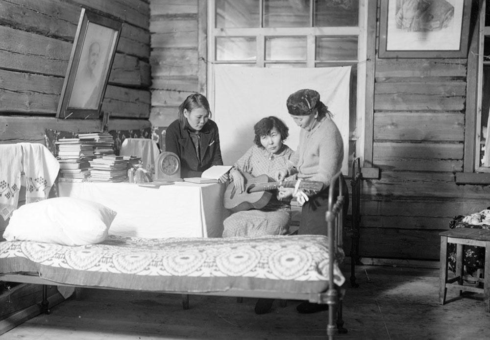 西にあるオムスク同様、クラスノヤルスクは、1891年に建設が始まったシベリア鉄道により、田舎の駐屯地から交通や物流のセンターに変身した。1895年にはクラスノヤルスクは鉄道でヨーロッパと繋がり、その後、イルクーツクと極東にも繋がった。