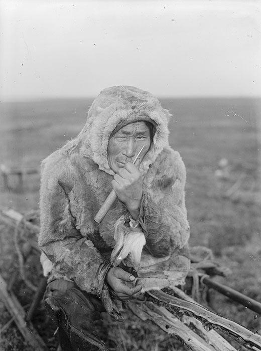 1911年にエニセイスク行政区域は放浪者の流刑の地に指定された。刑務所を出所した元囚人達はここに送り込まれ、住み着く様になった。同年、既に4万6700人の追放された人々が区域に住んでいた。