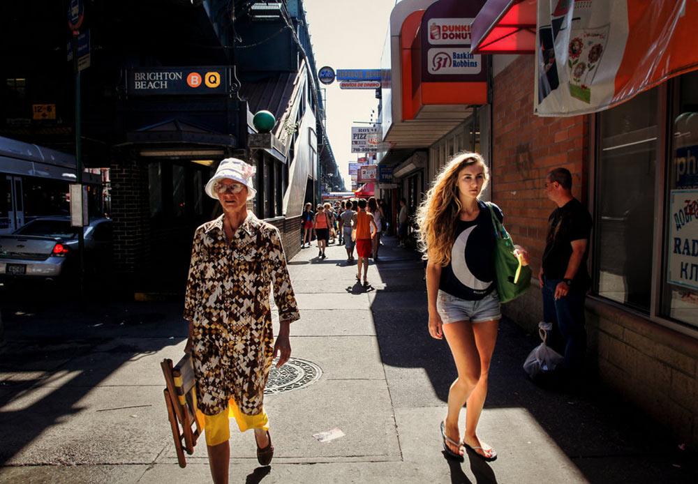 ニューヨーク市のブライトン・ビーチは、大西洋に面する、地域色豊かな場所である。 // 道の風景 ニューヨーク、ブライトン・ビーチ 2012年4月16日