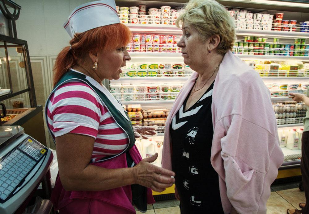 店にいるジェーニャとマリア ニューヨーク、ブライトン・ビーチ 2012年7月28日