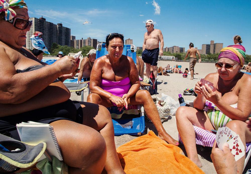 この地域は、南ウクライナの都市オデッサにちなんで「リトル・オデッサ」とも呼ばれる。 // 海岸でポーカーをするウクライナ人 ニューヨーク、ブライトン・ビーチ 2012年6月16日