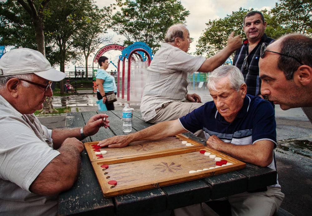 ウクライナ人の写真家ユリア・バザーはブライトン・ビーチで写真をとり、「リトル・オデッサ」というシリーズを発表した。 // 多くの男性の移民にとって、トランプ(賭博)遊びは習慣となっている。 ニューヨーク、ブライトン・ビーチ 2012年7月30日