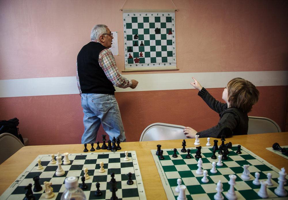 旧ソ連諸国からの移民達はロシア料理店、お店や学校を開業し、ロシア語の新聞を読み、ロシア正教のクリスマスを祝う。ソ連の特徴は全てここに残っている。// チェス学校で指導を受ける新しい世代のロシア人チェス・プレーヤー ニューヨーク、ブライトン・ビーチ 2013年1月27日